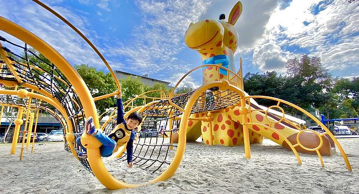 長頸鹿親子公園|花蓮免費親子景點 六米高長頸鹿溜滑梯、攀爬網、單槓 好玩好放電 @紫色微笑 Ben&Jean 饗樂生活