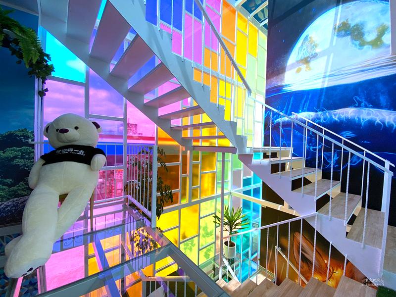 【狐狸小姐】宜蘭礁溪最新網美打卡咖啡廳~迷幻夜光森林B612 星球超特別 七彩夢幻樓梯好好拍 瀑布球池好好玩 肉桂捲好好吃 星空飲料超有梗  IG網美打卡新景點 @紫色微笑 Ben&Jean 饗樂生活