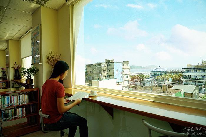 新北市立圖書館萬里分館~全國少有喝咖啡、看海景,悠遊沉浸在浩瀚書海中,金山野柳就在一旁 @紫色微笑 Ben&Jean 饗樂生活