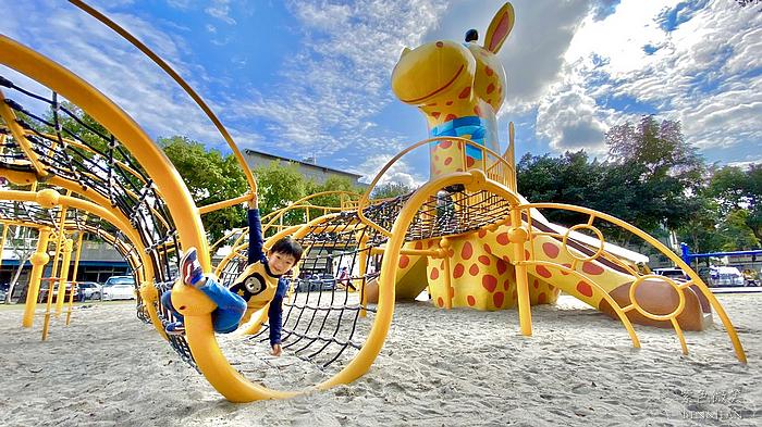 長頸鹿公園|花蓮免費親子景點 六米高長頸鹿溜滑梯、攀爬網、單槓 好玩好放電 @紫色微笑 Ben&Jean 饗樂生活