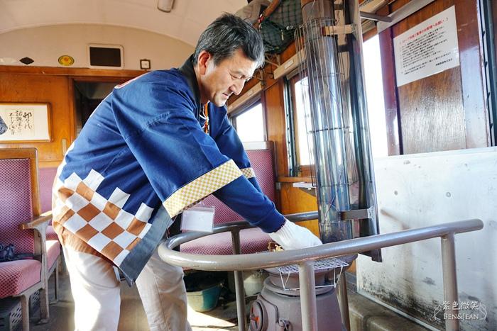 津輕鐵道暖爐列車▋日本青森~大雪紛飛的白色鐵道中依偎在熱呼呼暖爐旁吃著幸福的烤魷魚,這滋味永生難忘 @紫色微笑 Ben&Jean 饗樂生活